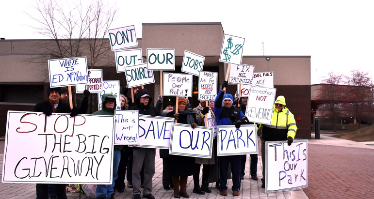 TSEA demonstrates outstide Fall Creek Falls State Park Inn protesting the privatization of the park's inn, golf course, snack bar and more.
